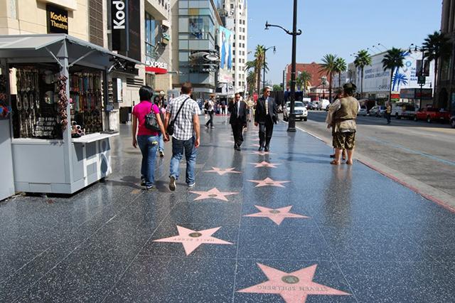 """""""Lượn lờ"""" trên những con phố mua sắm nổi tiếng ở Los Angeles"""