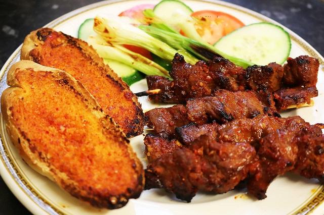 Bò nướng Lạc Cảnh Nha Trang có hương vị thơm ngon có thể ăn kèm với bánh mì, bánh tráng để trung hòa vị nóng, cũng như vị ngậy của thịt