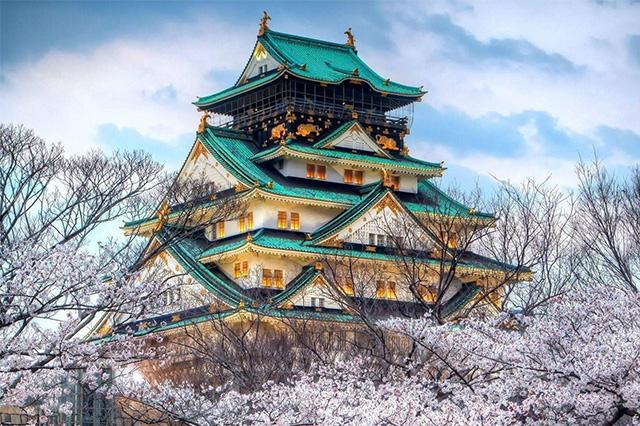 Lâu đài Osaka nổi bật giữa thành phố với mái ngói màu xanh đặc trưng
