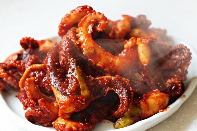 Để thưởng thức món bạch tuộc xào cay bạn có thể ghé đến nhà hàng Lee Kang-sun Silbijip
